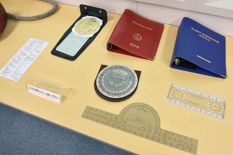 以前使われていた、チョーク(タイヤ止め)やフライトバッグ、ポスターなどが展示されていた。中には「ANK(エアーニッポン)」のロゴが印刷された物もあった