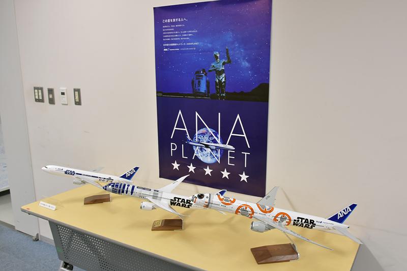 スターウォーズジェットの模型3デザインの機体も並ぶ