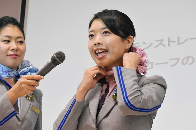 吉村さんはスカーフを何度も重ねて、最後にねじって巻くスタイル