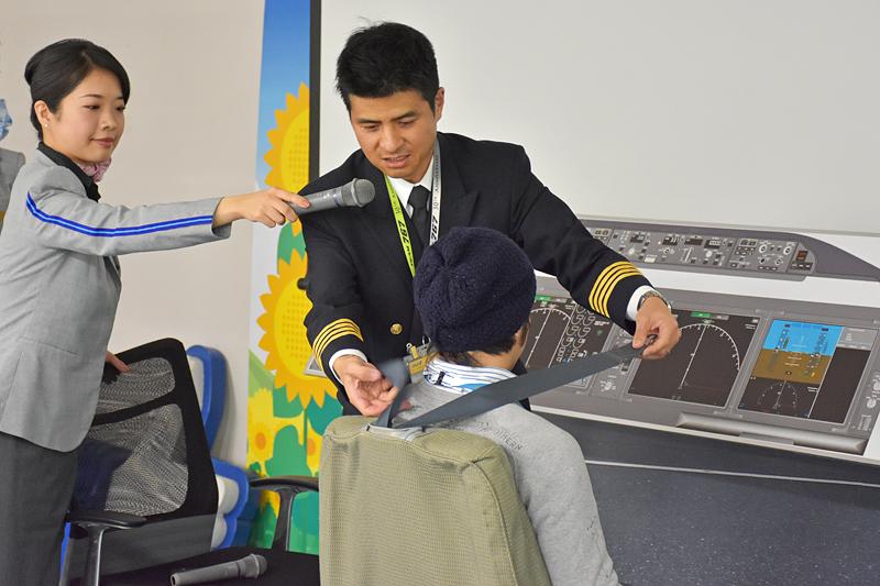 離着陸時にはショルダーハーネスを装着