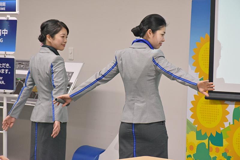 CAと地上スタッフの制服は似ているが、大きな違いはブルーラインと小ネタを披露