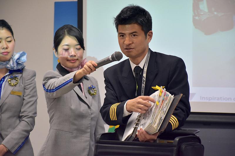 松本機長のフライトバッグの中身を紹介。分厚い空港のマニュアルに参加者から驚きの声