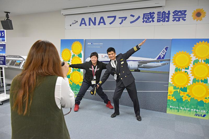 参加者は昼食後の休憩時間に、松本機長とCAの吉村さん、池田さんらとの記念撮影