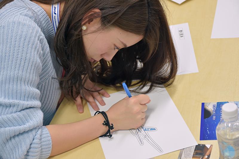 色塗りの見本を参考にして、色ペンで台紙に色を塗っていく