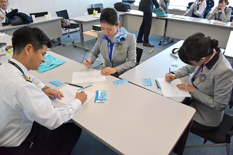 別室では、松本機長とCAの吉村さん、池田さんらも色塗りをしていた