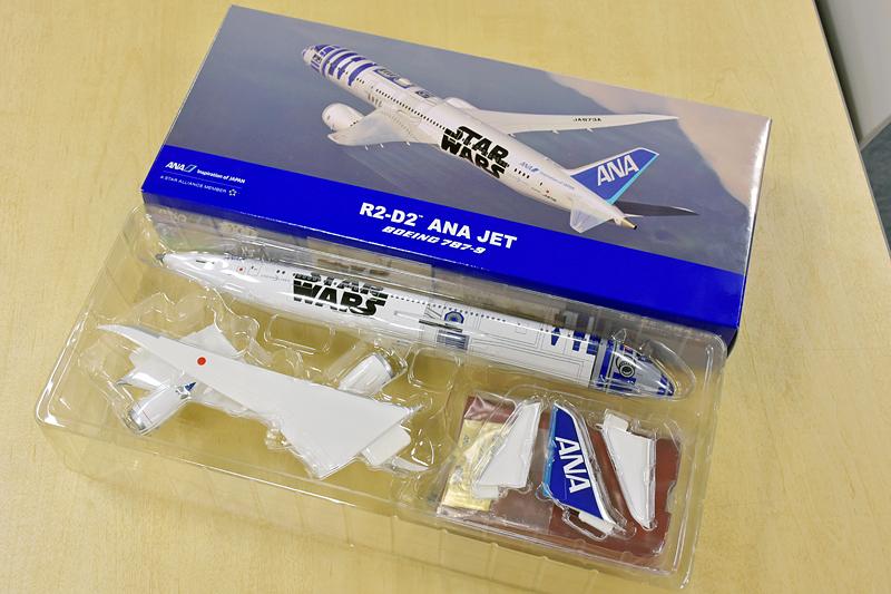 参加者にお土産として配られた非売品の「R2-D2 ANA JET」モデルプレーン