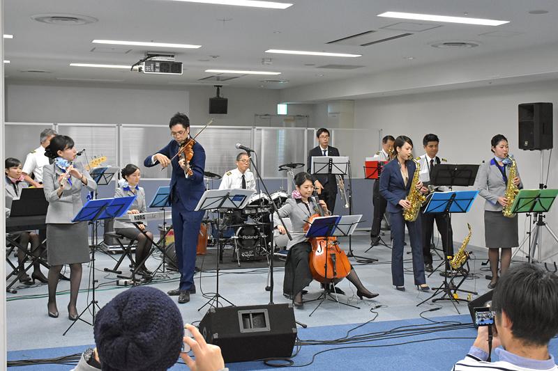 「ANA Team HANEDA Orchestra」の生演奏に参加者も驚きを隠せない