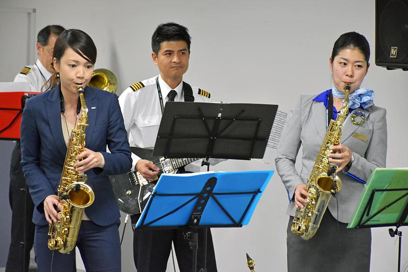 ANA航空教室のパイロット松本優一機長、CAの吉村奈織さん、池田友菜さんらも、演奏に加わっていた