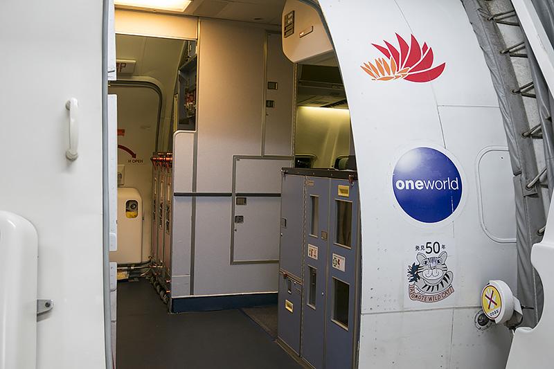 貼り付け位置は搭乗ドアの右側下部
