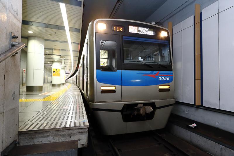 成田空港駅に停車しているアクセス特急。空港第2ビル駅(成田第2・第3ターミナル)22時51分発のアクセス特急は3000形など通勤形車両が使用されている