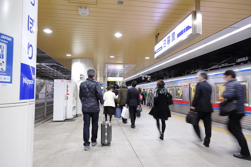 アクセス特急の日暮里駅到着は23時49分。ホーム中央部にあるエスカレーターを1フロア上がるだけですぐにJR線連絡改札口に到着できる