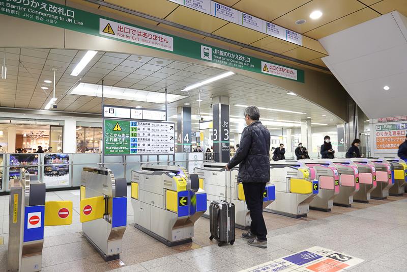 日暮里駅のJR線連絡改札口。JR東日本 常磐線のホームに下りる階段を示す3と4の数字が目の前に見える。山手線のホームへも1分あれば到着できる