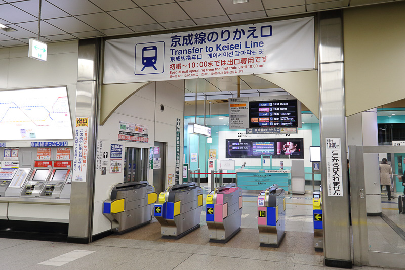 JR線連絡改札口は2カ所あり、混雑することなくスムーズに乗り換えられる
