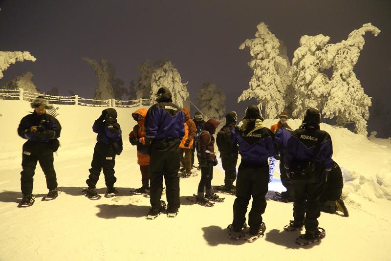 車で山頂近くまで行ったら「ハイ! 早速みんなで歩きましょう」という感じで即スノーシューハイキングのスタートです