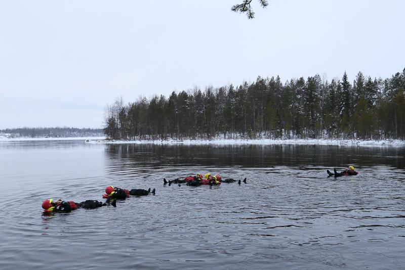 あとは川の流れに身をまかせるだけです。装備が充実しているので寒くはありません