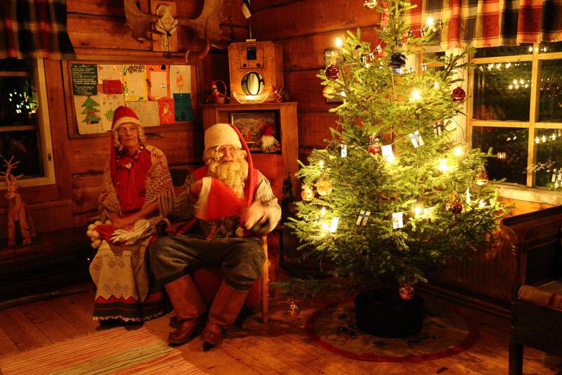 クーサモでの最後の夜、食事をいただいたコテージではサンタクロースが我々を迎えてくれました。それにしてもクーサモの街は、その風景や家の造り、どれをとってもわずかな装飾でクリスマスムードたっぷりの風景になります