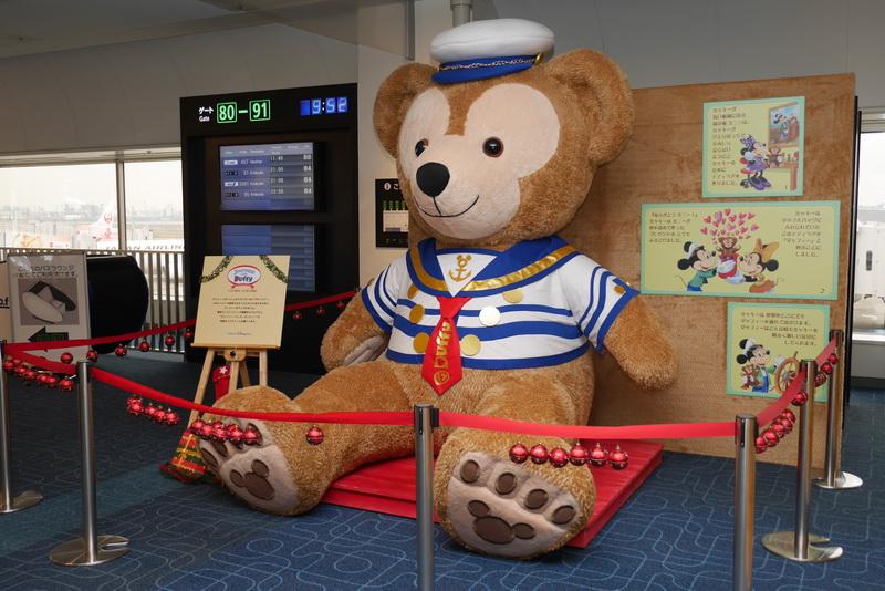 羽田空港国内線第1旅客ターミナル9番ゲート横に設置された「JALキッズランド」に、高さ約2.5mのダッフィー大型ぬいぐるみを設置。一緒に記念撮影が可能だ