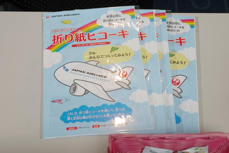 塗り絵や折り紙、折り紙飛行機、お菓子などを用意