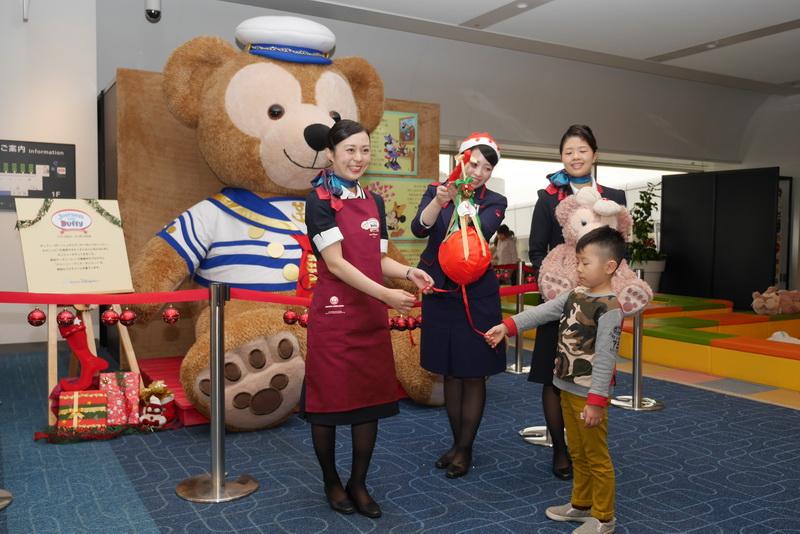 12月23日には、JALキッズランド設置を記念して、乗客の子供によるくす玉割りが行なわれた
