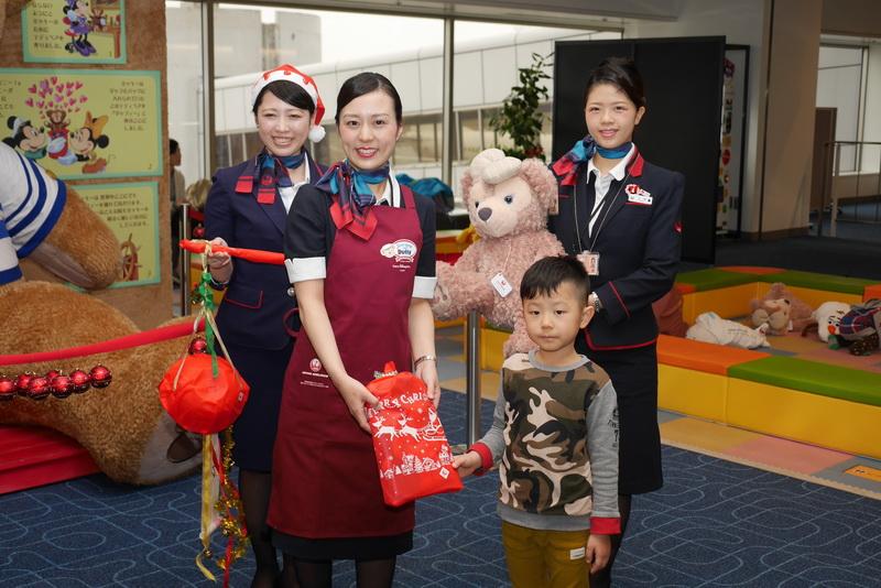 くす玉割りに参加した子供には、JAL記念品がプレゼントされた