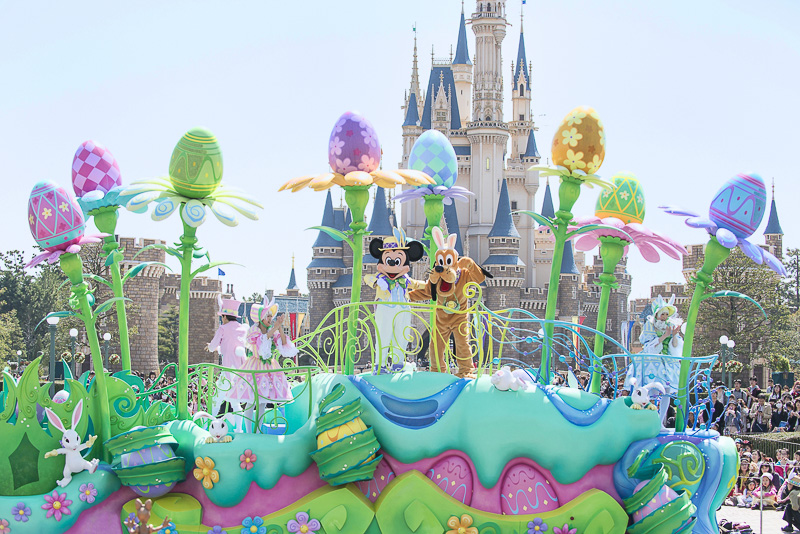 ミッキーマウスがイースターエッグレースを開催する「ディズニー・イースター」のイメージ
