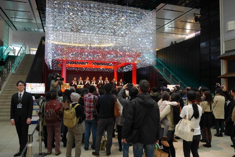 12月24日の3回目の演奏は、羽田空港国際線ターミナルの江戸舞台で行われ、多くの来場者が集まった