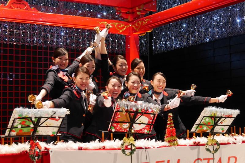 JALミュージックベル隊「JALベルスター 2015」。入社1~3年目のCA有志8人で構成