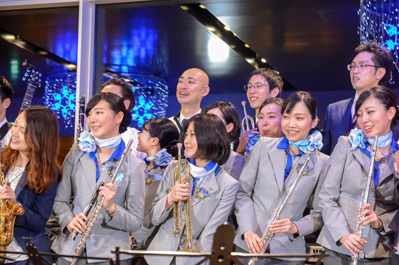 観客や関係者のリクエストに応えて演奏終了後に記念撮影