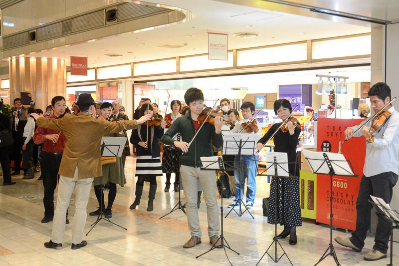 指揮者の横島さんが移動した先にも、さまざまな楽器を持った人達が集まり、オーケストラと合唱団が作られた