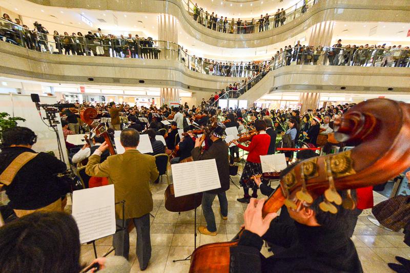 ベートーヴェンの第九を合唱。迫力あるオーケストラの演奏と合唱団の歌声がターミナルビルに響き渡った