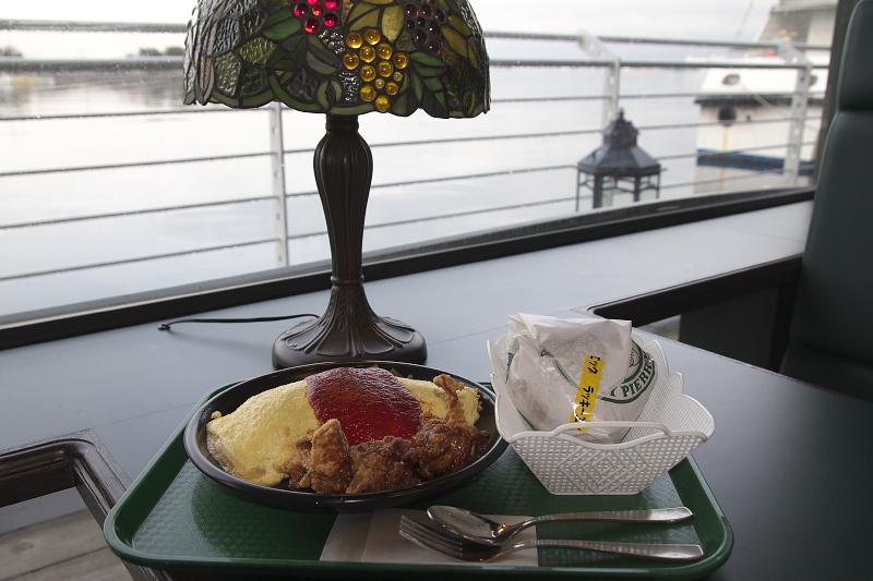 チャイニーズチキンオムライスとラッキーエッグバーガー。マリーナ末広店は海を眺めながら食べられるロケーションも最高
