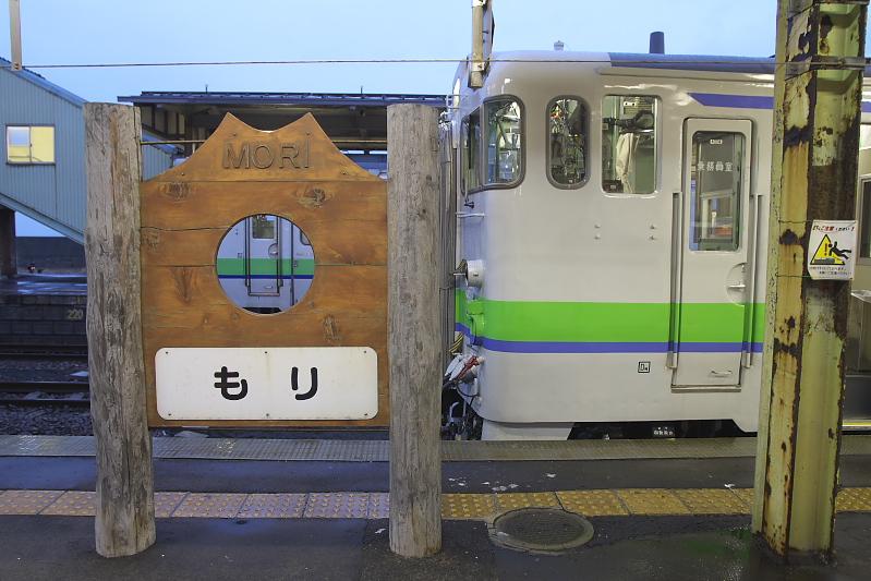 白いボディーにコーポレートカラーの黄緑のラインが入っているJR北海道のキハ40形気動車