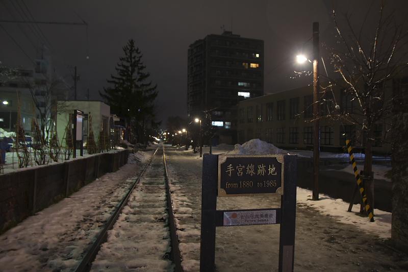小樽駅から運河まで行く途中には、歴史的建造物も多く残されている。旧三井銀行小樽支店(写真左)、旧北海道銀行本店(写真中)、旧手宮線跡(写真右)は北海道で一番最初に鉄道が敷かれた路線で、現在は遊歩道として整備されている