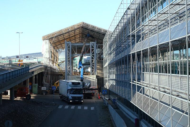 空港では鉄道駅の建設が行なわれていました