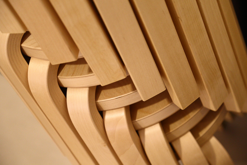 積層合板特有の模様や色、柔らかくアールを描いた優しいデザインなどが目を楽しませてくれます