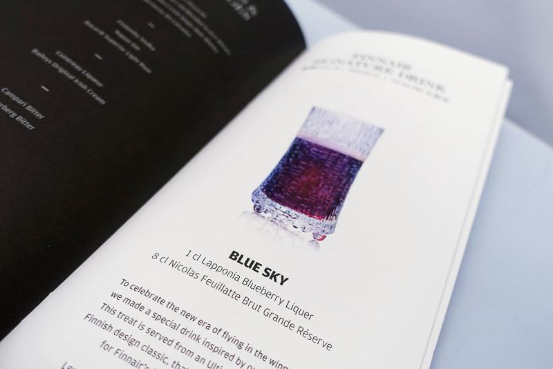 ガラス製品はイッタラ、飲んでいるのはエアバス A350型機が就航したことを記念して特別に用意された「BLUE SKY」と名付けられたブルーベリーのお酒。グラスは1969年のフィンエアーのニューヨーク便初就航の際にイッタラのデザイナー タピオ・ヴィルカラによって作られたものだそうで、グラス1つとってもフィンエアーが祖国の誇りをもってフライトしている事を感じます