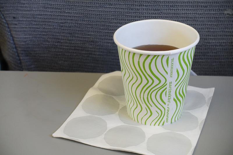 エコノミークラスのカップやヘッドレストカバーももちろんマリメッコのデザインが採用されています