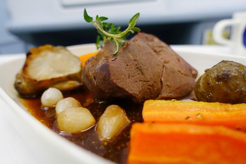 機内での食事はサーモンやトナカイの料理を選べますので、機内でも北欧気分を味わえます。またCA(客室乗務員)には日本人もいます。実は筆者にとってこれは案外大きなことで、機内では特に難しい会話の必要がないとはいえ日本語で過ごせる時間はやはりリラックスできます。食事には異国情緒を求めるくせに言葉についてはそれをあまり歓迎しないのはワガママが過ぎるのかもしれませんが、筆者にはそれが理想的ではあります