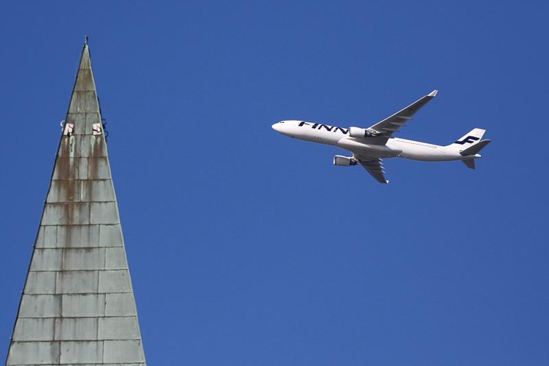 街か空港が近いので青空に映える白い機体がとても綺麗です