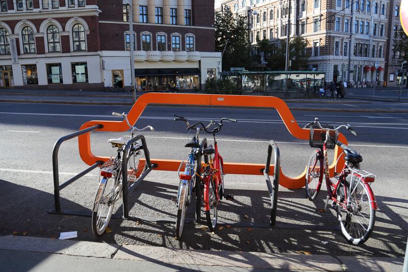 道路に並んだ路上駐車の列のなかに車1台分の駐輪スペースを確保しています。こういうちょっとしたところのデザインが楽しいので筆者はついつい街を歩きたくなってしまうのです