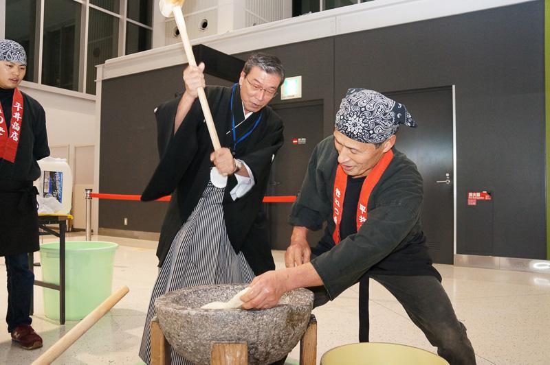 松石社長が餅つきの実演を披露した