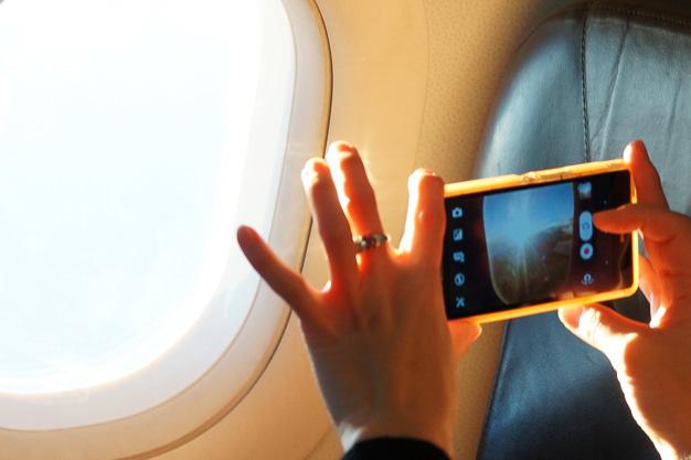 初日の出を確認するとスマートフォンで写真撮影するなど、招待された乗客たちはフライトを楽しんだ