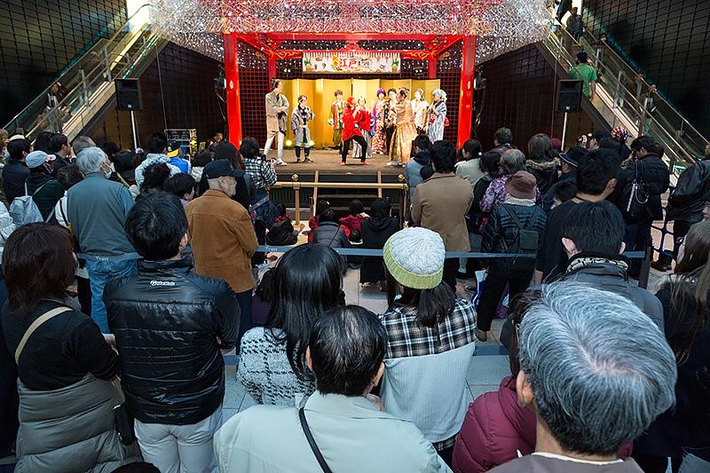 ステージイベントは多くの観客が集まる