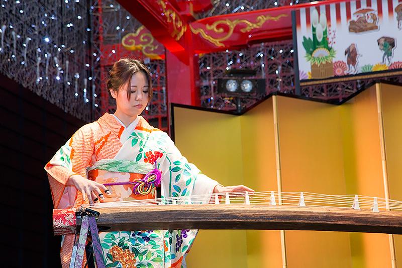 11時と13時には舞台で演奏やパフォーマンスが日替わりで行なわれる。1日は女性和楽器ユニット「結-yui-」による生演奏が行なわれた