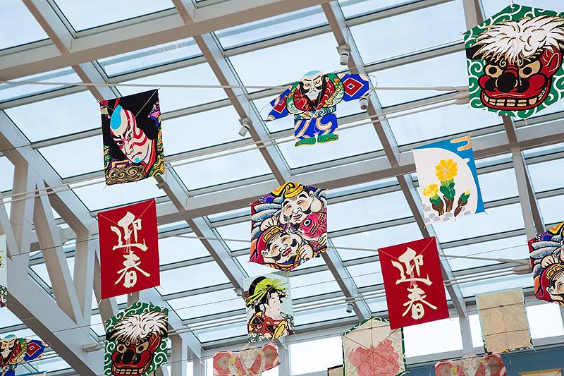 天井に飾られたさまざまな凧もお正月ムードを盛り上げる