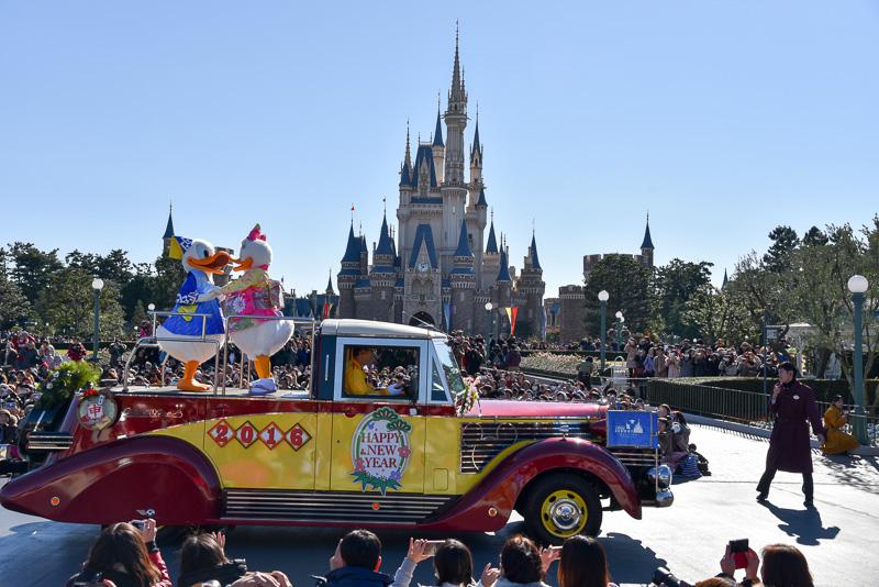 パレードの先頭は、お飾りや花餅でデコレーションされたリマウジン2に乗った振り袖姿のデイジーダックと和装のドナルドダック