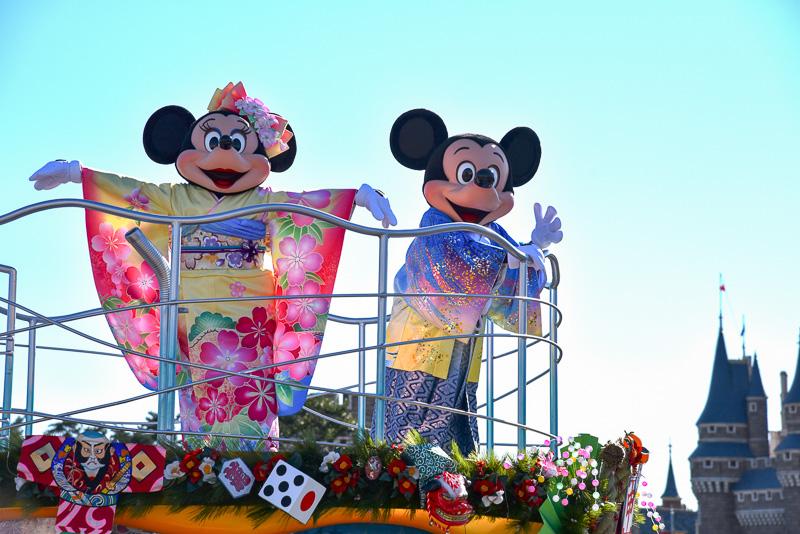 「今年もよろしくね!」とブルーとホワイトのグラデーションが凛々しい花菱文様がポイントの紋付袴姿のミッキーマウス。ミニーマウスも花柄の振り袖とヘッドドレスで新年らしい出で立ち。フロートも和凧やコマ、サイコロなどの正月モチーフでデコレーション