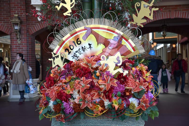 """扇にはサルの王であるキング・ルイの姿と""""2016謹賀新年""""の文字。彼らしい楽しさ溢れるポーズでゲストを迎えてくれる"""
