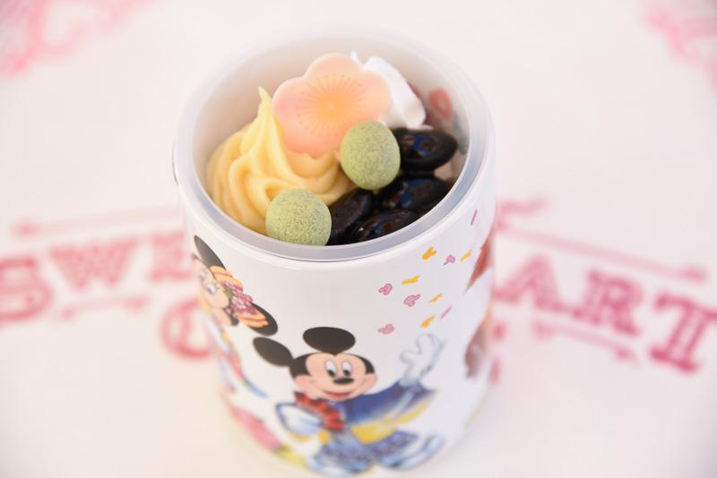黒豆に梅モチーフのホワイトチョコ、マロンクリームなどが載ったセサミベースのムース。東京ディズニーランドと東京ディズニーシーで購入できる「黒豆&セサミムース、スーベニアカップ付き」(720円)