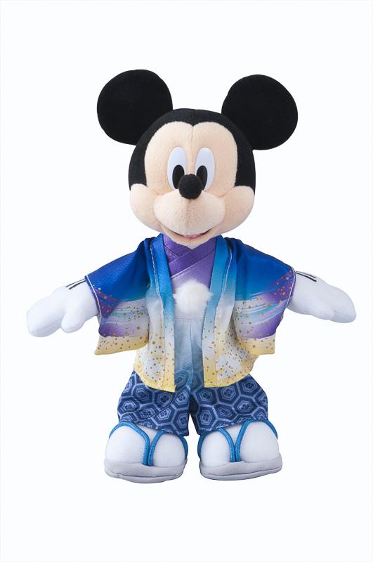 紋付袴や振り袖姿のキャラクターたち。バックなどに付けているだけでお正月気分になれる。「ぬいぐるみバッジ」(各1600円)、写真提供:オリエンタルランド